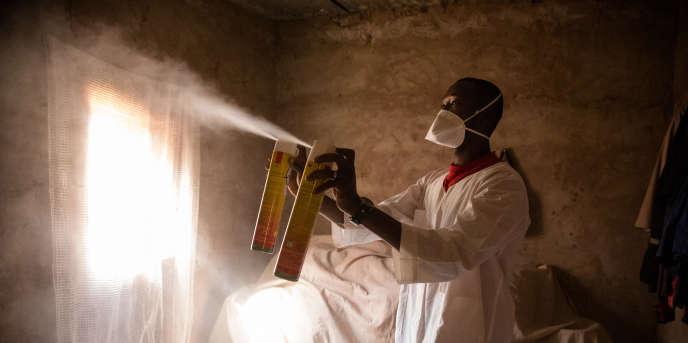 Collecte entomologique dans le village de Bana, au Burkina Faso, par les chercheurs de Target Malaria, en janvier 2017.