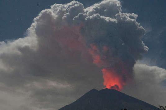 Le mont Agung en éruption.