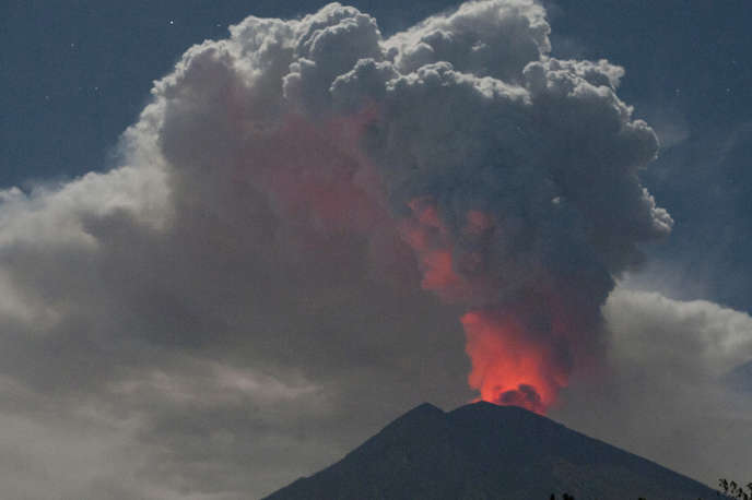 Le mont Agung en éruption.
