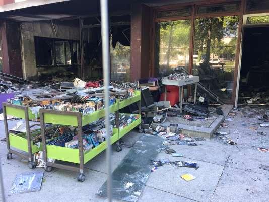 Un incendie s'est déclaré à la médiathèque après qu'une voiture a été projetée dans sa devanture dans la nuit du 26 et 27 juin.