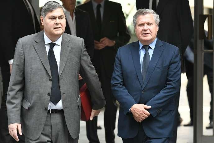 Pierre-François Veil (à gauche) et Jean Veil (à droite) arrivent au Mémorial de la Shoah à Paris, où les cercueils de leurs parents, Simone et Antoine Veil, sont exposés les 29 et 30 juin, avant de faire leur entrée au Panthéon le 1er juillet 2018.