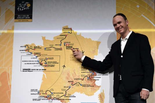 Le vainqueur du Tour de France en2017, Christopher Froome, devant une carte du parcours du Tour de France2018, le 17octobre 2017.