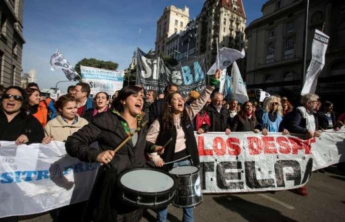 Manifestation de salariés de Télam contre les licenciements, le 27 juin, à Buenos Aires.