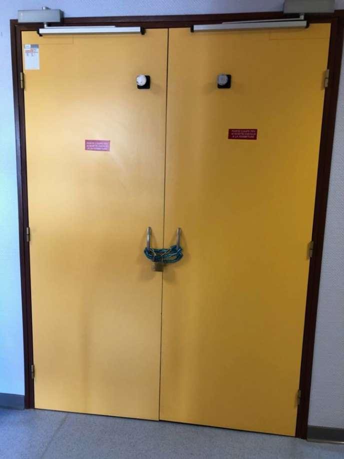 À 18h30, mercredi 27 juin 2018, une chaîne et un cadenas étaient posés sur la porte de la salle d'accouchement parla direction de l'hôpital du Blanc (Indre), en raison de la suspension de toute activité de la maternité pendant juillet et août.