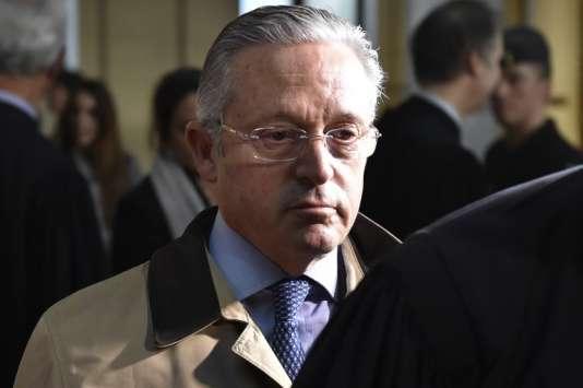 Le marchand d'art franco-américain Guy Wildenstein quitte le tribunal de Paris le 4janvier 2016, après le premier jour du procès de première instance.