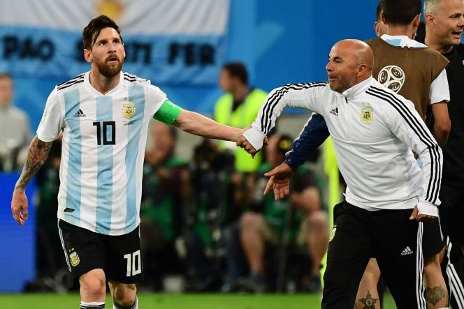 Lionel Messi et Jorge Sampaoli, le 26 juin à Saint-Pétersbourg, lors du match Argentine-Nigeria (2-1). GIUSEPPE CACACE/AFP