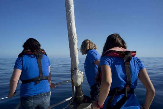 Maria Luiza Pedrotti, spécialiste du plastique à l'Observatoire océanologique de Villefranche-sur-Mer, cheffe scientifique de cette expédition, et deux membres de son équipe, de différentes universités (Melanie Billaud et Justine Jacquin) regardent les micro-plastiques, de la taille d'un grain de riz, défiler à la surface de l'eau.