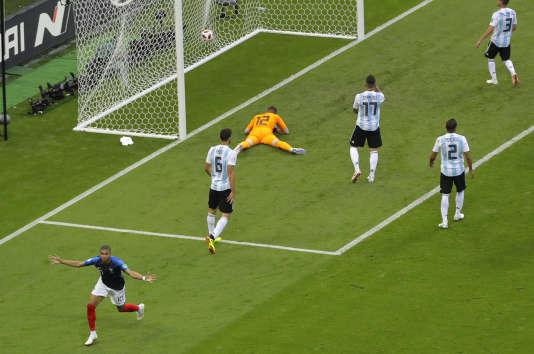 Kylian Mbappé célèbre le troisième but français, le 30 juin 2018, contre l'Argentine.