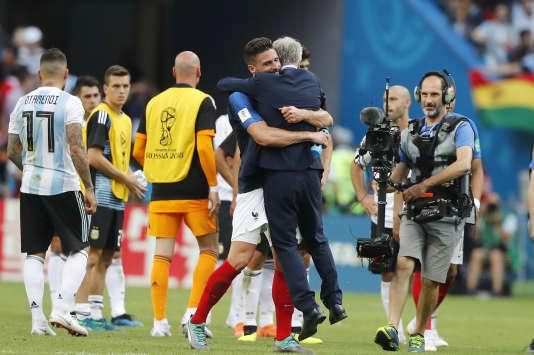 Didier Deschamps et Olivier Giroud s'enlacent, après la victoire face à l'Argentine, samedi 30 juin, à Kazan.