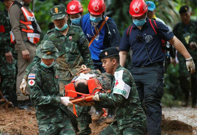 Les secouristes simulent l'évacuation d'une victime sur civière près de l'entrée de la grotte deTham Luang, le 30 juin 2018, en Thaïlande.