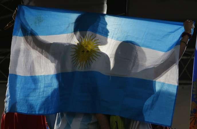 Deux supporteurs de l'équipe d'Argentine brandissent un drapeau de leur pays lors du match de Coupe du Monde de football contre l'équipe de France, le 30 juin à Moscou.