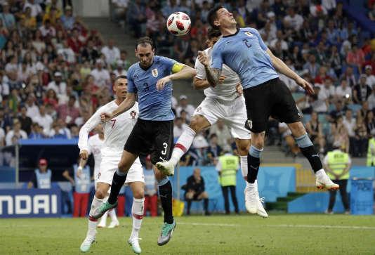 Jose Gimenez et Diego Godin rappelant aux portugais qu'ils ont déjà marqué un but, et qu'il faudrait pas pousser mémé dans les orties non plus.