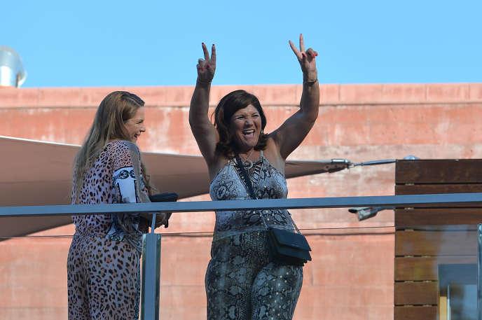 La mère de Cristiano Ronaldo, Dolores Aveiro, en 2016 sur le balcon de l'hôtel CR7, ouvert par son fils à Madère, son île natale.