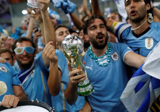 Supporter uruguayan croyant que sa réplique du trophée Jules Rimet est une vraie.