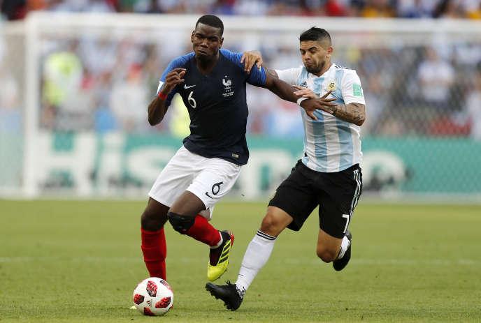 Paul Pogba résiste à l'Argentin Ever Banega, samedi 30 juin 2018 à Kazan, lors du huitième de finale France-Argentine (4-3).