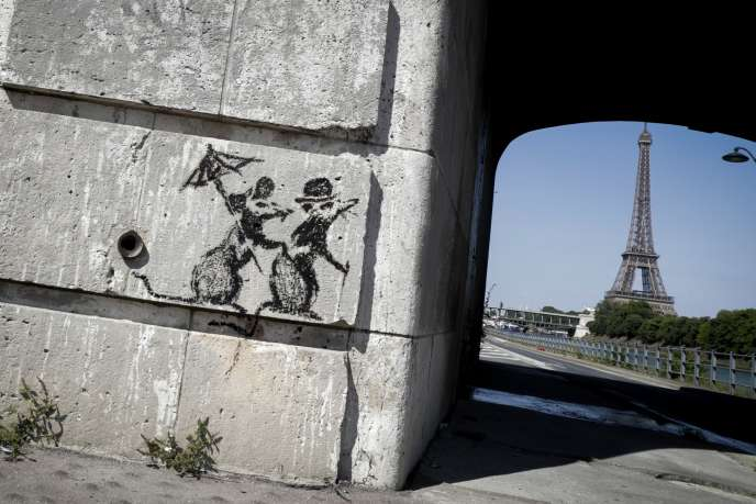 Dessin au pochoir attribué à Banksy, près de la Tour Eiffel, le 27 juin.