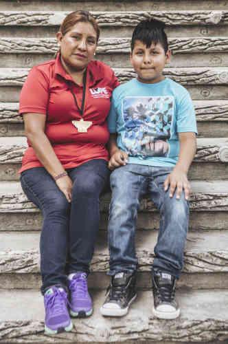 Lety Sanchez et son filleul, à Archer Park. Pour protester contre les séparations des familles de migrants, des militants ont entamé une grève de la faim «tournante». A tour de rôle, ils s'abstiennent de manger pendant vingt-quatre heures, sur une durée totale de vingt-quatre jours.