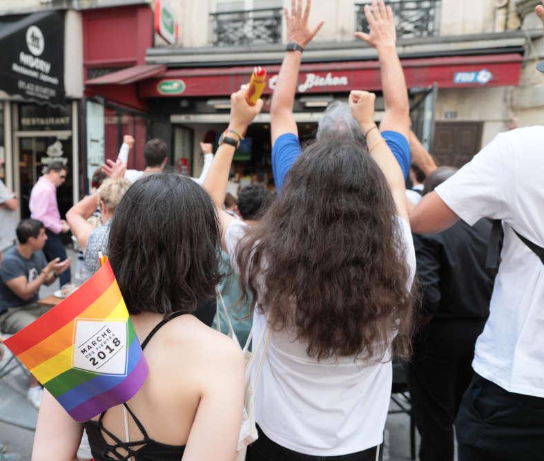 Lorsque le match entre l'équipe de France et celles d'Argentine commença, une partie du public s'eclipsa dans les rues adjancentes, pour se coller devant les écrans des bars.