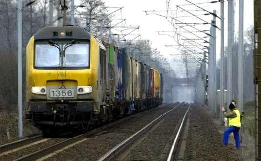 Un employé de la SNCF inspecte la voie ferrée de la ligne Paris-Strasbourg-Munich, le 25 mars 2004 à Vendenheim, au lendemain de la découverte d'une bombe sur la ligne Paris-Bâle.