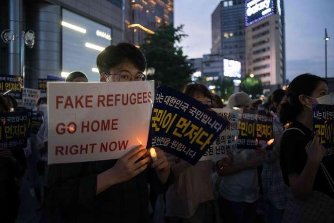 Des militants sud-coréens anti-immigration, à Séoul le 30 juin.