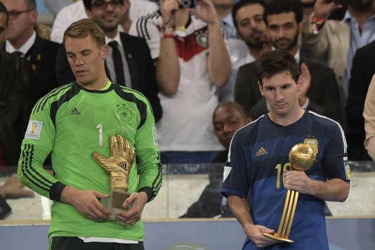Lionel Messi reçoit le trophée du meilleur joueur du Mondial 2014 aux côtés de Manuel Neuer (meilleur gardien), le 13 juillet 2014 à Rio.