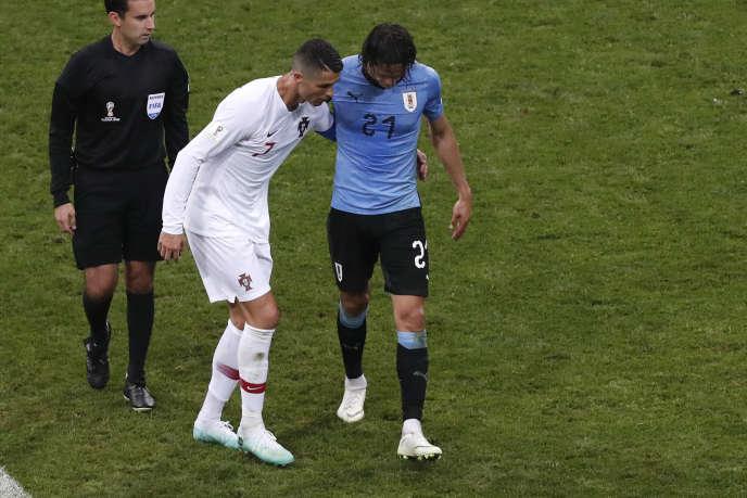 Edinson Cavani, aidé par Cristiano Ronaldo, quitte le terrain sur blessure, le30juin2018.