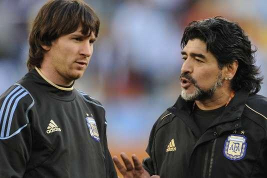 Diego Maradona en discussion avec Lionel Messi, le 3 juillet au Cap.
