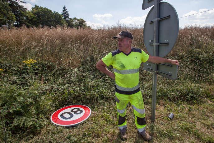Jeudi 28 juin 2018, à Talensac, sur la départementale 62, des agents du conseil départemental d'Ille-et-Vilaine remplacent, devant des journalistes, un panneau de limitation à 90 km/h par un panneau de limitation à 80 km/h.