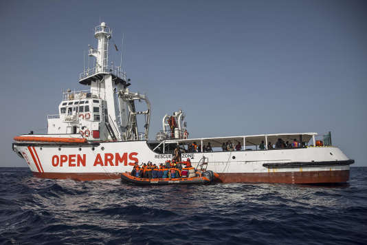 Des migrants sont secourus par le navire« Open Arms», de l'ONG Proactiva Open, en mer Méditerranée, le 30 juin.