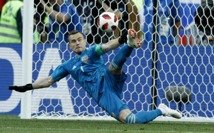 Le gardien russe Igor Akinfeev pendant la séance de tirs au but du match Espagne-Russie (1-1, 3 tab à 4), dimanche 1er juillet 2018 à Moscou.