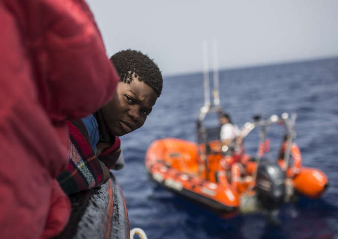 Un enfant secouru d'une embarcation en Méditerranée par l'ONG espagnole Proactiva Open Arms, le 30 juin 2018.