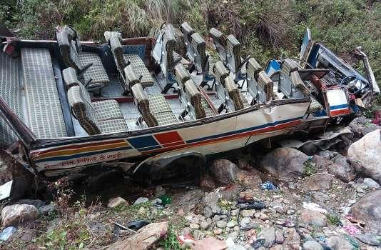 Le bus photographié par les services de secours après être tombé au fond d'une profonde gorge, dans le district dePauri Garhwal, dans le nord de l'Inde.