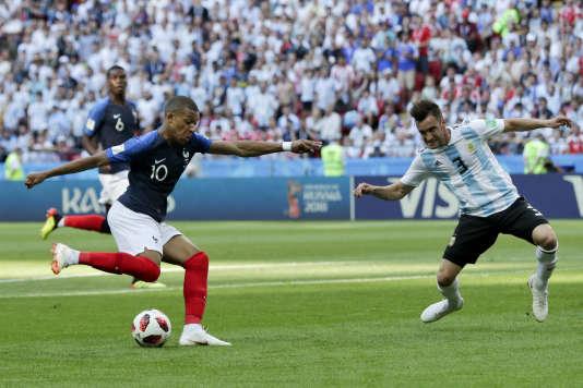 L'attaquant français Kylian Mbappé face à l'Argentin Nicolas Tagliafico, à Kazan, le 30juin.