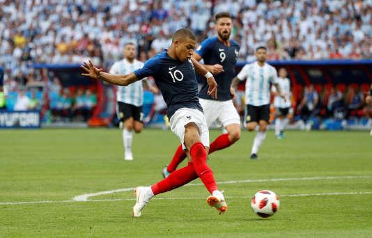 Kylian Mbappe marque le quatrième but de la France face à l'Argentine, à Kazan, le 30juin.