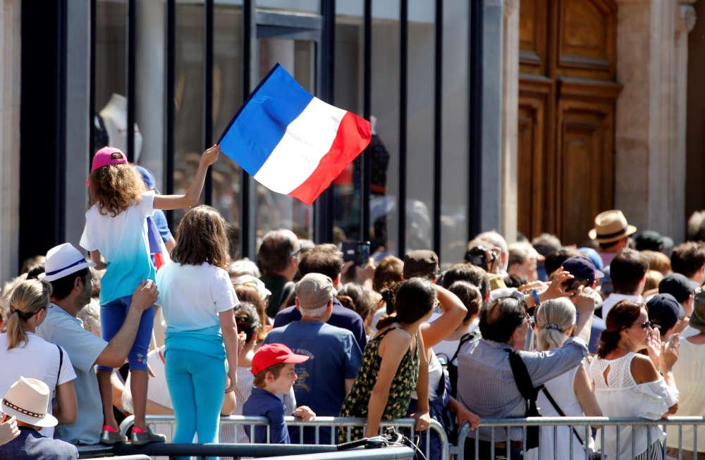 Les personnes venues rendre hommage à la rescapée d'Auschwitz étaient nombreuses dans la rue Soufflot dès 9 heures du matin, le dimanche 1er juillet.