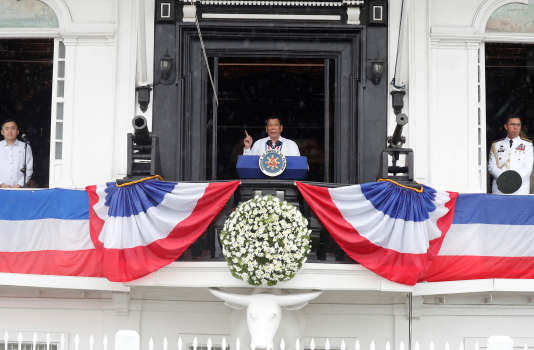 Le président Rodrigo Duterte prononce un discours à Kawit, dans la province de Cavite, aux Philippines, le 12 juin.