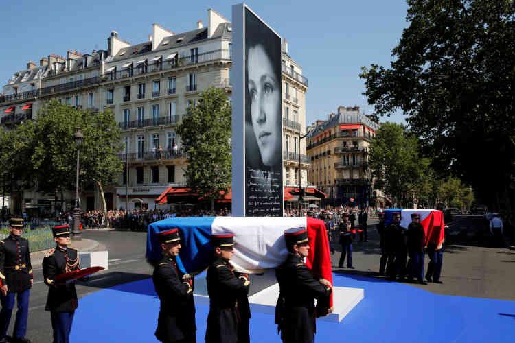 Les cercueils de Simone Veil et de son mari Antoine étaient drapés des couleurs tricolores.