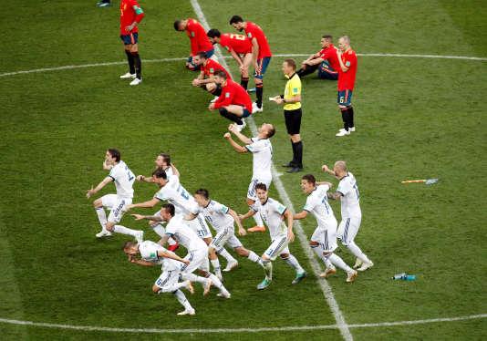 L'équipe de Russie fête sa victoire face aux Espagnols battus en huitièmes de finale, dimanche1er juillet 2018.