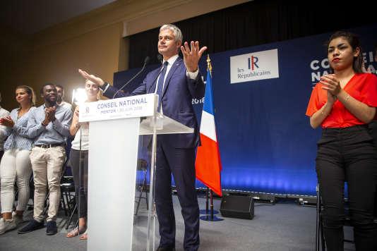 Laurent Wauquiez monte sur scène pour prononcer son discours devant le conseil national du parti les Républicains, à Menton, le 30 juin.