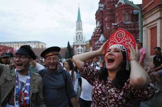 Des supporteurs russes dans le centre de Moscou, le 1er juillet.
