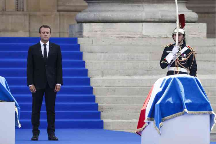« Simone Veil rejoindra au Panthéon quatre grands personnages de notre histoire : René Cassin, Jean Moulin, Jean Monnet et André Malraux. Ils furent, comme elle, des maîtres d'espérance », a par ailleurs déclaré Emmanuel Macron. « Malgré les malheurs et les deuils, Simone Veil conçut la certitude qu'à la fin la dignité l'emporte sur l'avilissement et l'humanité sur la barbarie », a ajouté le chef de l'Etat. Après son discours en hommage à Simone Veil, il a observé une minute de silence pour honorer la mémoire de l'ancienne ministre de la santé et de son mari Antoine Veil.