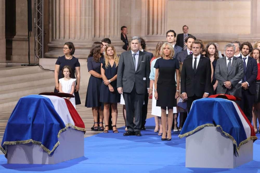 La cérémonie s'est terminée sous la coupole du Panthéon à Paris et dans l'intimité familiale. Quelques minutes avant la fin de cet hommage officiel, le président Emmanuel Macron et son épouse Brigitte étaient aux côtés de Pierre-Francois Veil et Jean Veil, deux des trois fils de Simone Veil et son mari Antoine.Les corps d'Antoine et Simone Veil seront inhumés dans le sixième caveau du Panthéon, lundi 2 juillet, lors d'une cérémonie privée. Ils reposeront aux côtés de Jean Moulin, André Malraux, René Cassin et Jean Monnet.
