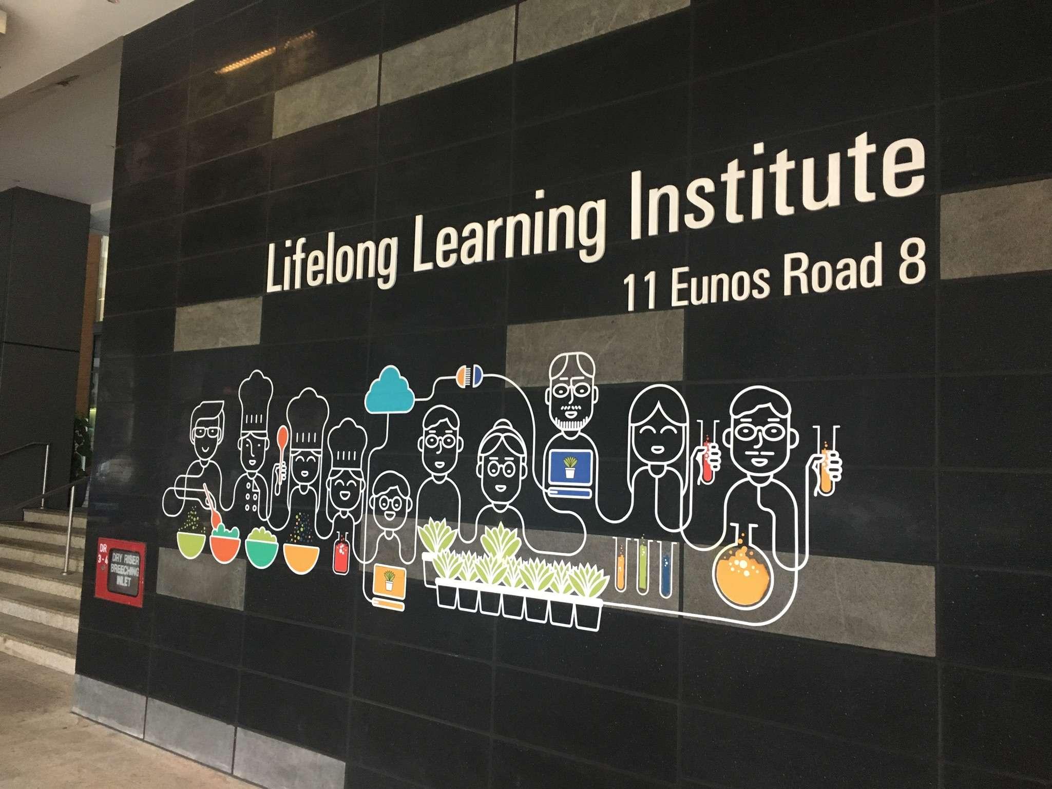 Lifelong Learning Institute, à Singapour:«J'ai pu y entrevoir la façon dont les pouvoirs publics essayent de favoriser l'apprentissage de la population, la ville-Etat ne pouvant compter que sur sa ressource humaine. Cette volonté s'est notamment manifestée par la création du Lifelong Learning Institute, une sorte de grande bibliothèque accessible à tous. L'on y vient pour recueillir des conseils de carrière, suivre des cours, s'informer…» (Nicolas Rousseaux)