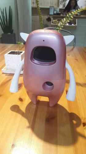Conversation avec Musio, à Séoul: «J'ai fait la connaissance de Musio, un robot conversationnel utilisé pour apprendre l'anglais. Grâce à l'IA, ce robot peut comprendre l'utilisateur, échanger avec lui, corriger ses erreurs et lui apprendre des structures anglaises. Il se distingue également par son caractère émotionnel: capable de différencier plusieurs utilisateurs, il adapte son discours au regard de son historique conversationnel et développe une personnalité distincte. La start-up propose également des supports pédagogiques adaptés aux plus petits, qui peuvent apprendre l'anglais en jouant avec Musio.» (Florian Sotteau)