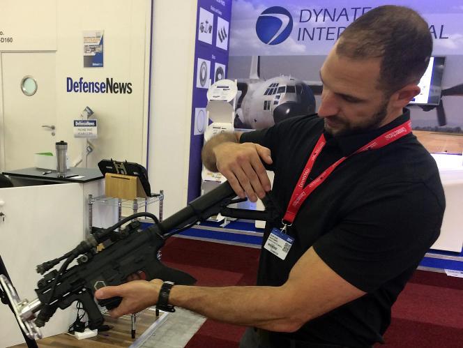 Présentation d'un fusil antidrone au Salon international de l'aéronautique et de l'espace, au Bourget, en juin 2017.