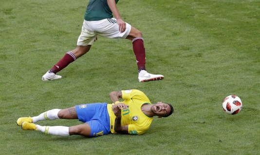 Neymar crie de douleur après un contact avec un joueur mexicain.