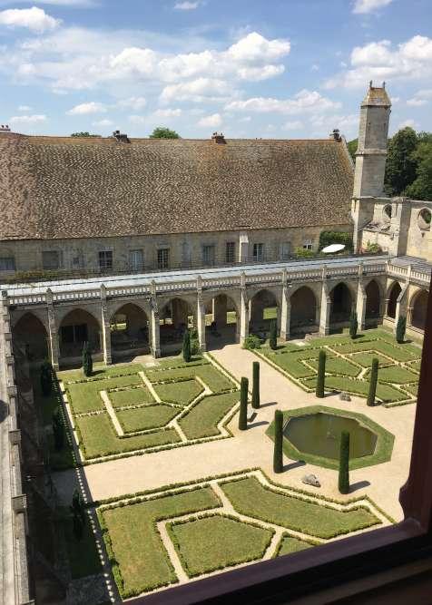 Si l'abbaye a été érigée au XIIIesiècle, au début du règne de LouisIX, le dessin du jardin du cloître actuel est dû au paysagiste Achille Duchêne (1846-1947).
