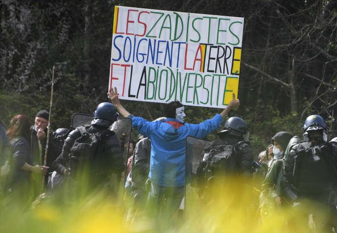 Des manifestants s'opposent aux forces de l'ordre dans la ZAD de Notre-Dame-des-Landes (Loire-Atlantique), le 15 avril.