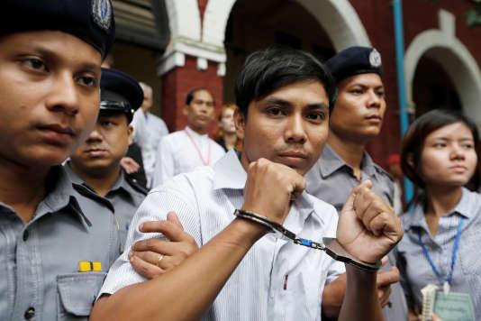 Le journaliste Kyaw Soe Oo à sa sortie du tribunal.