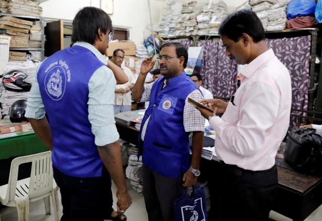 Des agents de la municipalité de Bombay en charge de contrôler les sacs utilisés par les boutiques de la ville, le 27 juin.